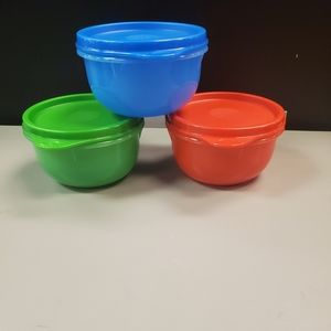 New in plastic 3pc bowl set. Holds 8oz.